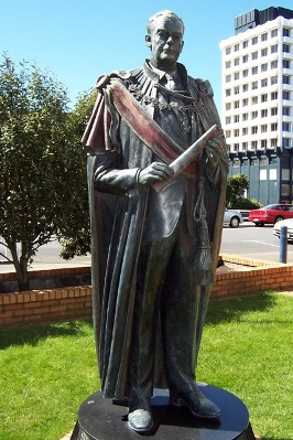 keith-holyoake-statue-2-www-1b